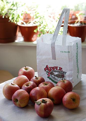 かわいい袋入りのリンゴ