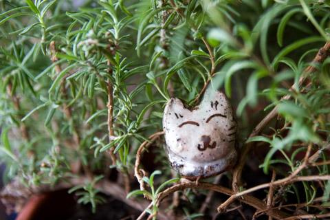 陶器のネコちゃんとローズマリーの森