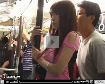 この後ろのオッサンが前にいるギャルを痴漢すると乗っている男性全員が痴漢する痴漢電車