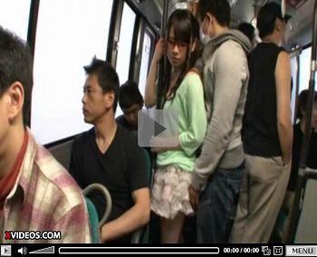 私服の清純メガネ学生がバスで強制イラマチオ痴漢
