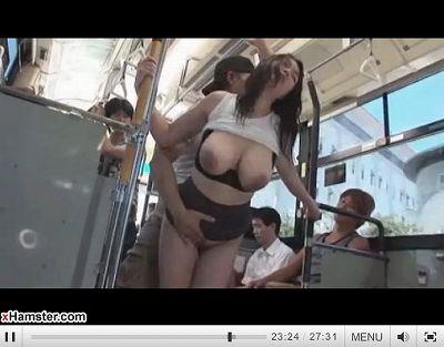 雨で濡れ濡れの女がバスで痴漢にあってもっとヌレヌレ