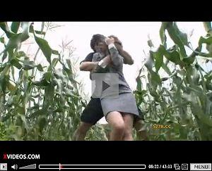 【エロ動画】田舎の農家に営業に来たOLがとうもろこし畑に押し込まれレイプされる