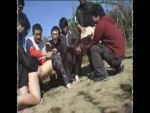 【エロ動画】クソ鬼畜どもが昼間の公園で堂々と美少女たちを輪姦!これは酷い!!