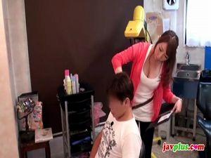 お客さんをオッパイで発情させてその場でハメ始める変態女美容師!