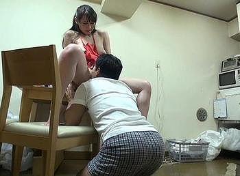 寝取られ願望の夫が美人奥さんを全裸家政婦として独身男性に貸出