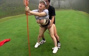 【風間ゆみ】熟女フェロモンまき散らす爆乳ゴルフキャディーにホールインワン!グリーン上で3P中出しセックスw