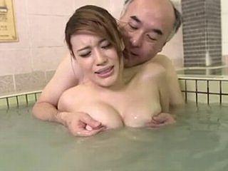 【本田莉子】銭湯のエロ店主達に目を付けられた若妻が媚薬を盛られてヤられちゃうw