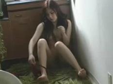 盗撮動画ギャラリー:一人暮らしするOLお姉さんの自宅オナニーを覗き見