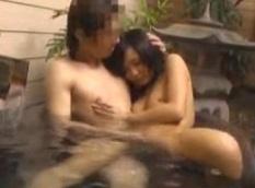 盗撮動画ギャラリー:個室の温泉でのんびり湯につからずSEXを始めるカップル